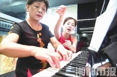 72岁学钢琴,她只用一个月就能弹曲