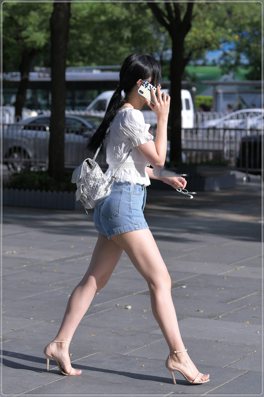 美女街拍:白色蕾丝花边收腰衬衫搭配牛仔短裤,手感柔软,舒适透气