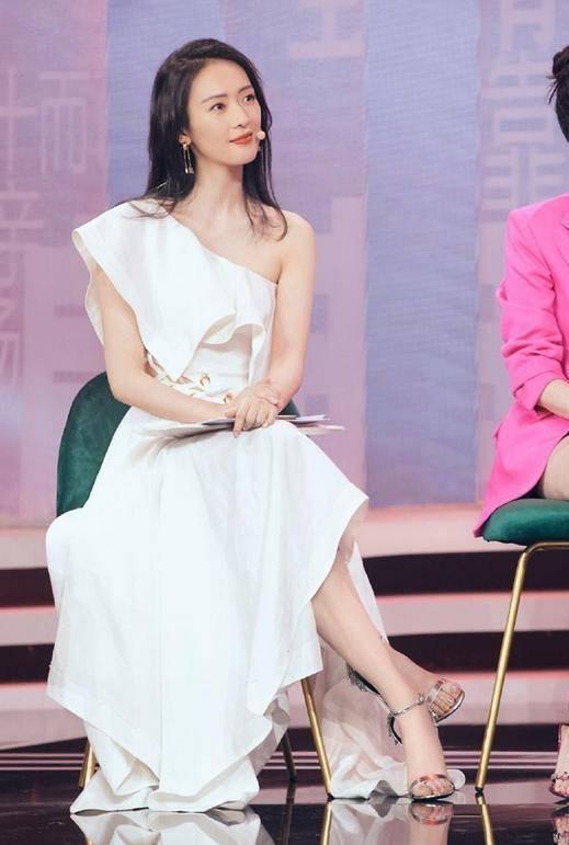 34岁童瑶真会穿,无袖西装裙配马丁靴酷飒有型,骨感身材太高级