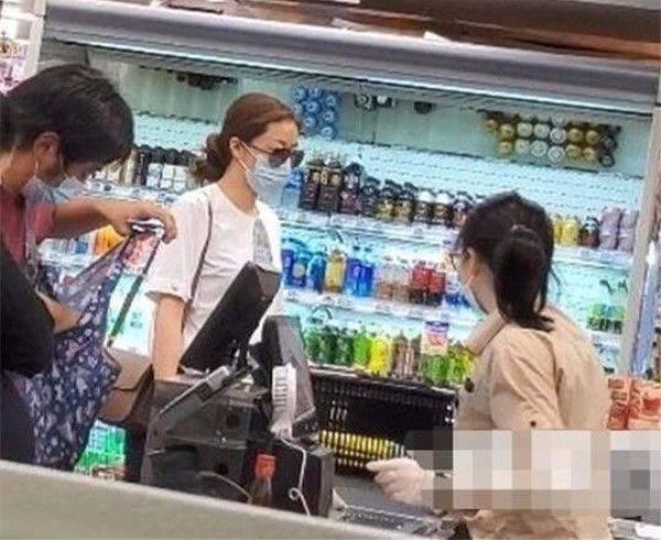 熊黛林逛平价超市,没有刻意打扮,穿普通白T恤搭了条紧身裤!