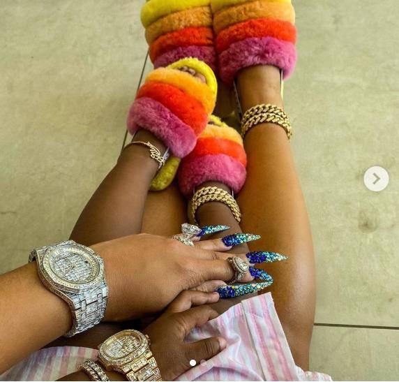 原创             Cardi B又晒新美甲造型,少女粉搭配珍珠,她把美甲玩得这么疯