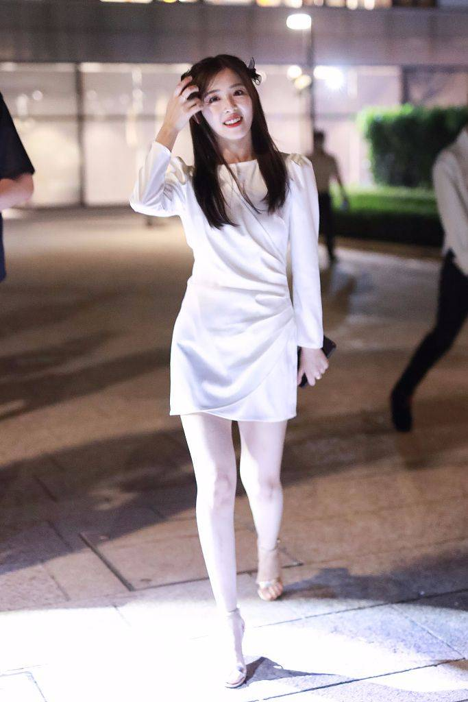张含韵本身就甜美,再加上一头披肩直发,穿白裙就更清纯了!