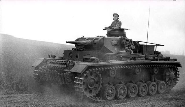 该国陆军机动靠马匹,面对德军坦克毫无招架之力,落后就要挨打!