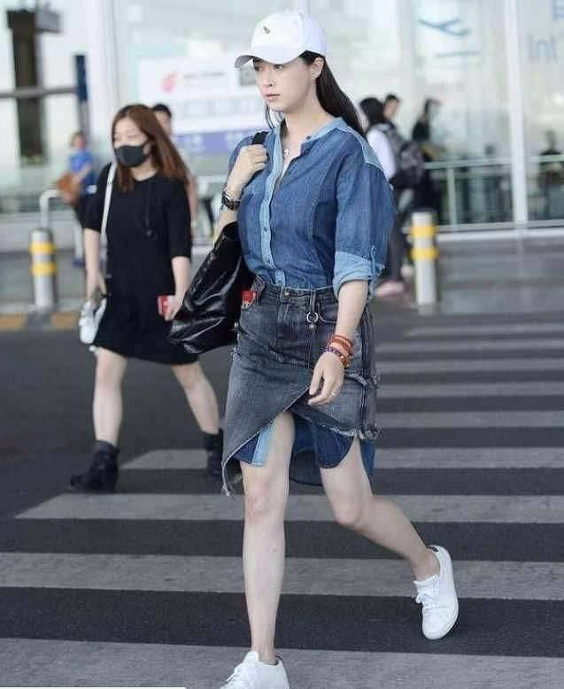 蒋欣又胖了,穿黑色宽松衣服走机场,还是看得出身材臃肿!
