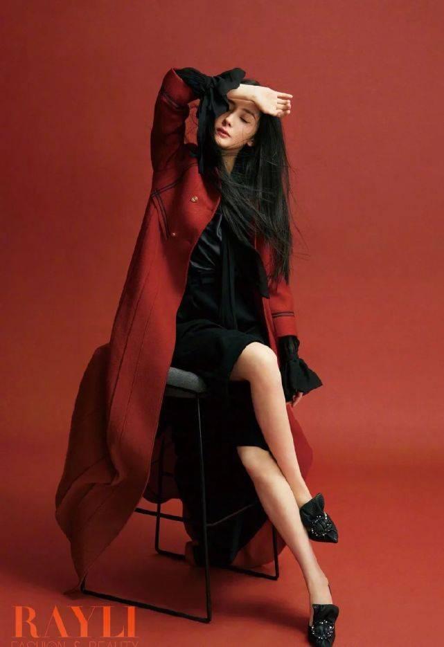杨幂时尚大片出炉,性感红裙配黑长直发显气质,中筒靴更添女人味