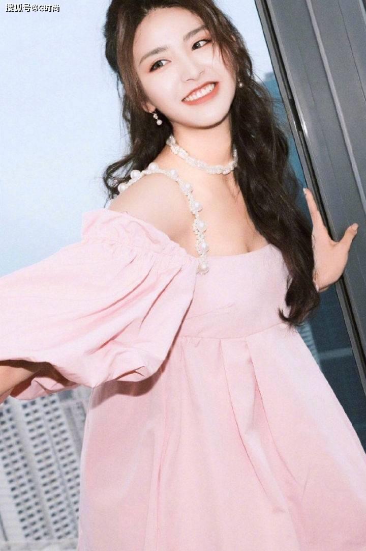 充满浪漫感的吸睛吊带裙,赋予女性知性温柔的魅力,经久不衰