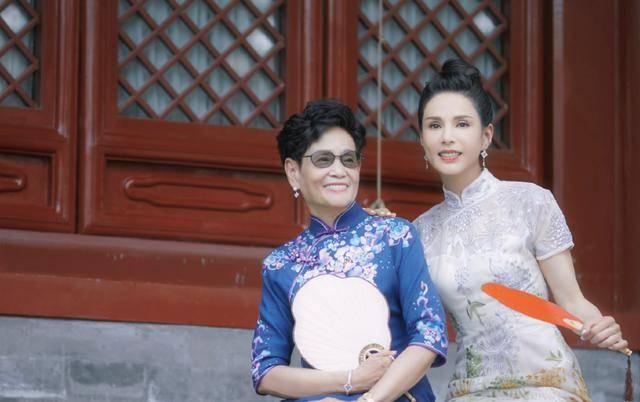 54岁李若彤生日首曝年龄,不结婚是不愿将就,状态依旧能打插图(3)