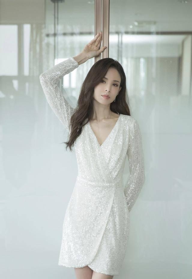 54岁李若彤生日首曝年龄,不结婚是不愿将就,状态依旧能打插图(9)