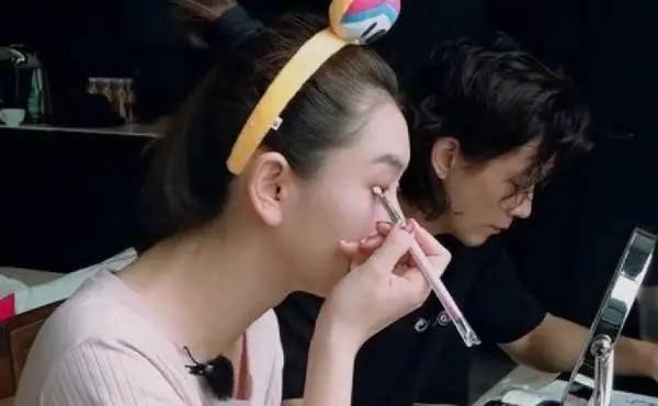 原创关晓彤给江疏影化妆太养眼,深藏不露的明星博主都有哪些?