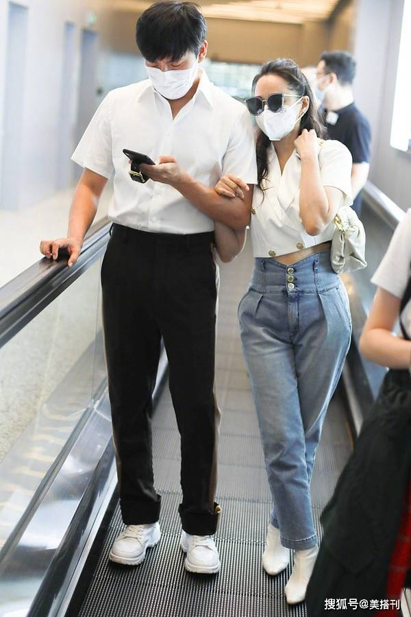 伊能静真会穿,短上衣配高腰裤,161身高腿看起来却和老公一样长