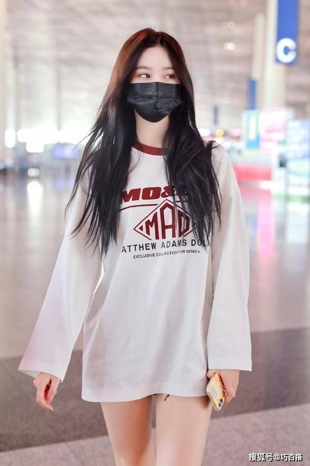 原创徐艺洋没成团也火了,机场穿搭一次比一次秀,真不愧老板力挺支持