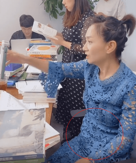 原创主持人王芳上班照,穿蕾丝紧身裙,身材走形严重还有小肚腩!