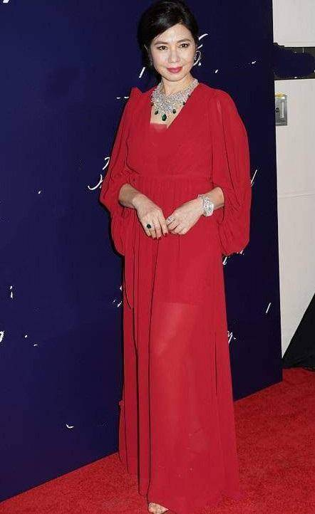 60岁钟楚红衣着低调买名表,皱纹多也不整容,最美艳港姐不惧衰老