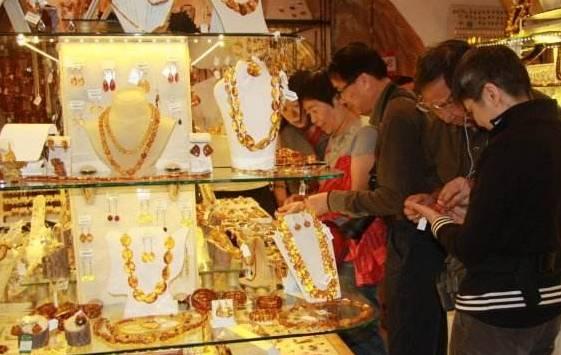 中国人:这里琥珀便宜又好看,当地人:我们自己都不会买!