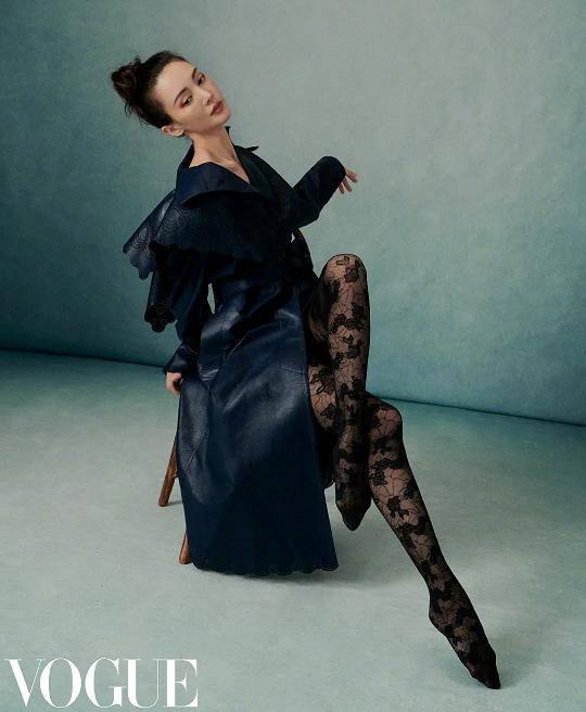 浪姐齐登VOGUE,动作僵硬造型成谜,网友:还是超模更有时尚感