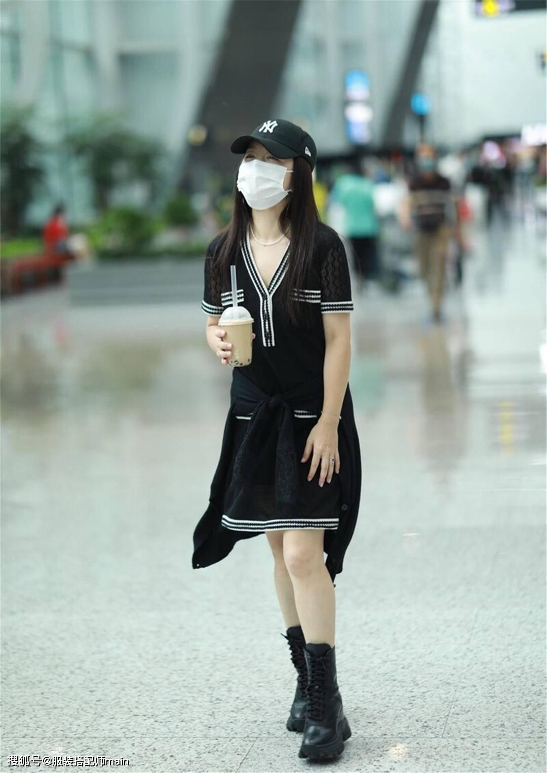 奔五的杨钰莹越长越嫩,V领连衣裙简约不失时尚,笑容甜美气质佳