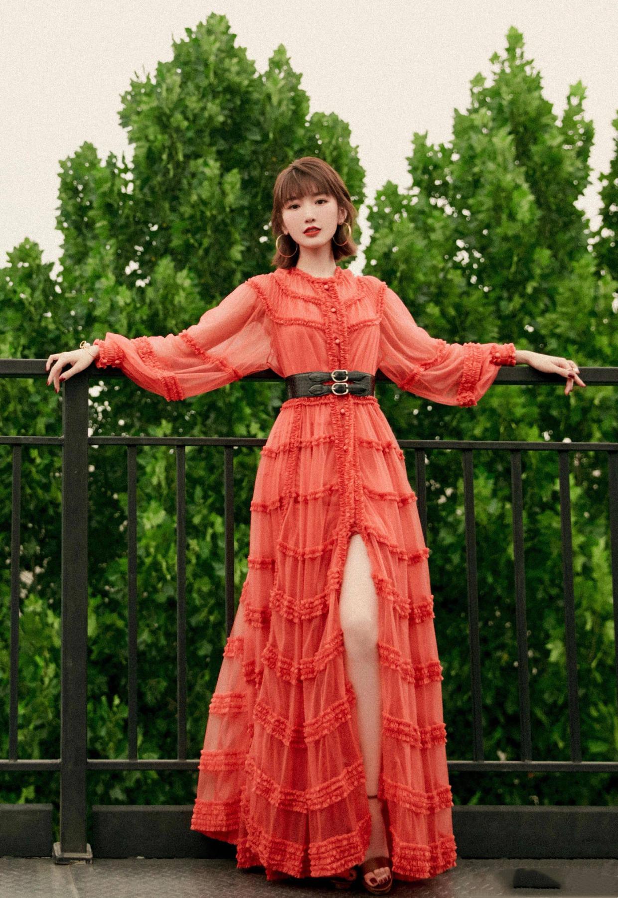 原创开心!毛晓彤终于火了,穿红色薄纱连衣裙开高叉,高调一点更养眼