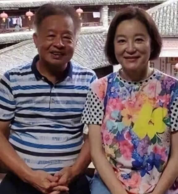 原创65岁林青霞近照曝光,身材严重发福,穿宽松T桖没有女神气质!