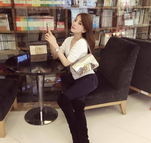 """原创方媛真""""招摇"""",去书店都要凹造型秀大长腿,难怪郭富城那么宠她"""