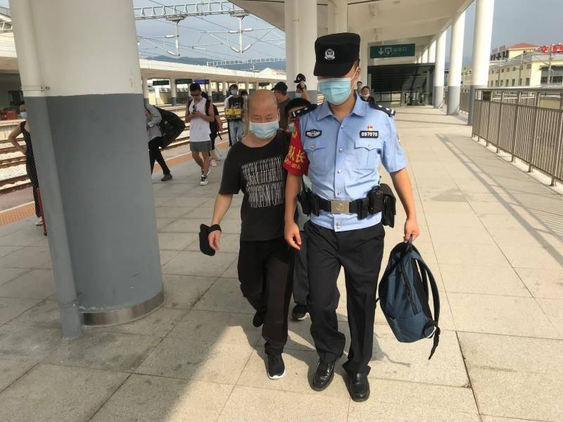 怀铁公安:安江铁路民警热心护送游客