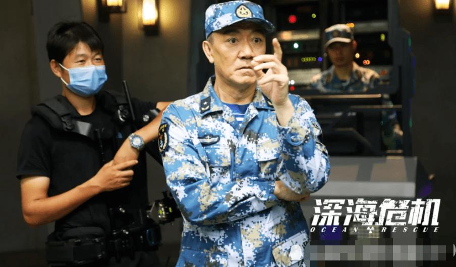 """62岁""""李云龙""""真低调,路边小馆吃饭,走路要人搀扶?"""