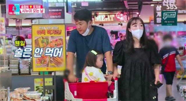 韩国明星佳耦带女儿逛超市,不戴口罩被网友骂惨了