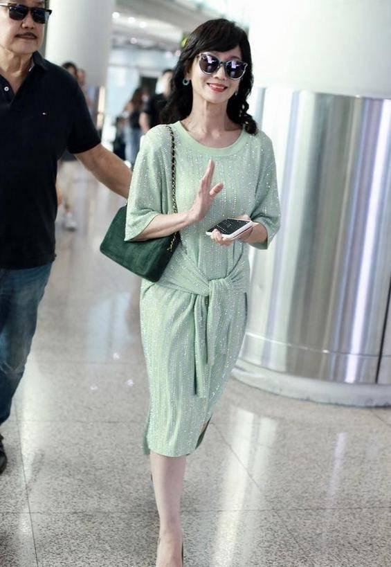 原创             真被赵雅芝迷倒!一袭薄荷绿连衣裙清新又迷人,美成夏日风景