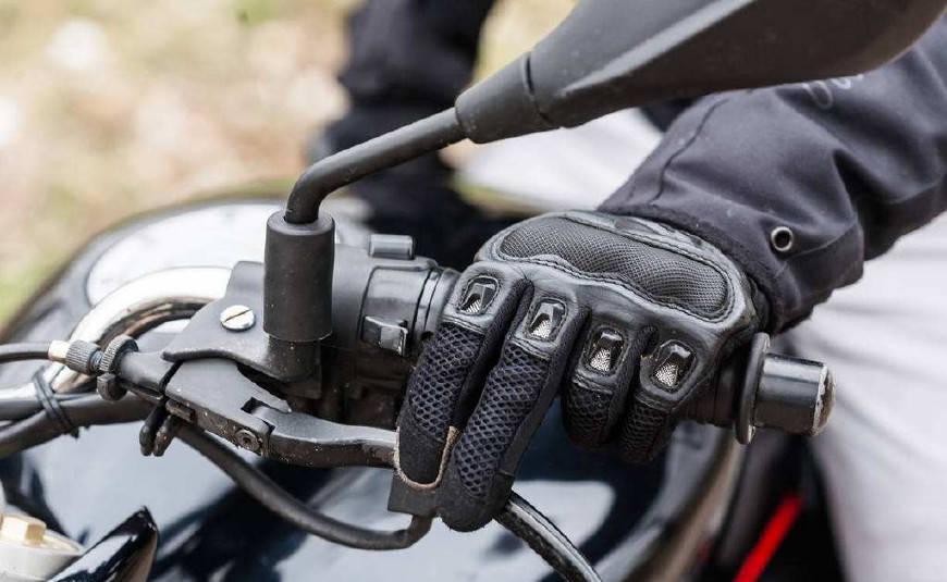 摩托车刹车时,到底是前刹宁静还是后刹