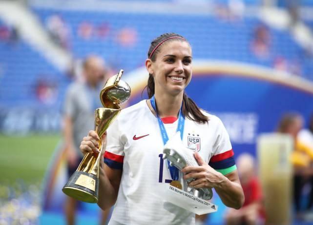 """""""最强""""美女足球运动员登陆英超,场内是球后,场外是女神"""