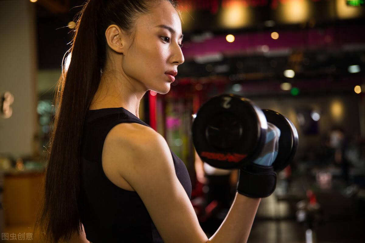 新手如何开启力量训练?附:5个力量动作,强化身材线条