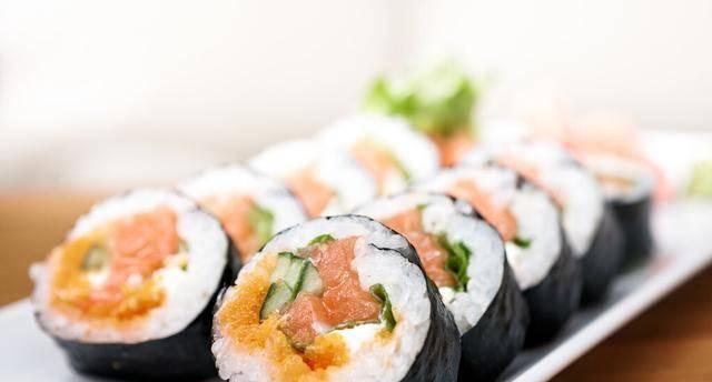 五色寿司+韩式紫菜包饭,当做是主食,好吃