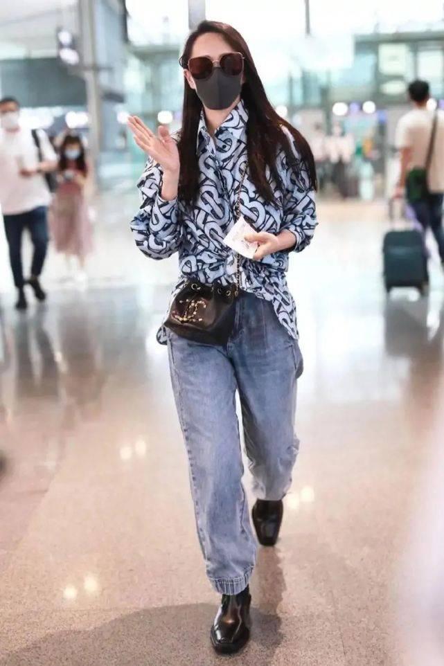 原创             52岁伊能静现身机场,衬衫打结成露脐装时髦吸睛,回到少女时代