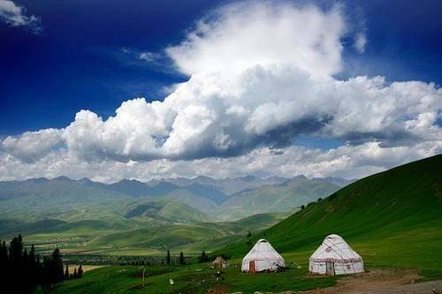 原创             新疆那拉提迎来自驾游团队,虽景色绝美宜人,但该有的坑一个不少