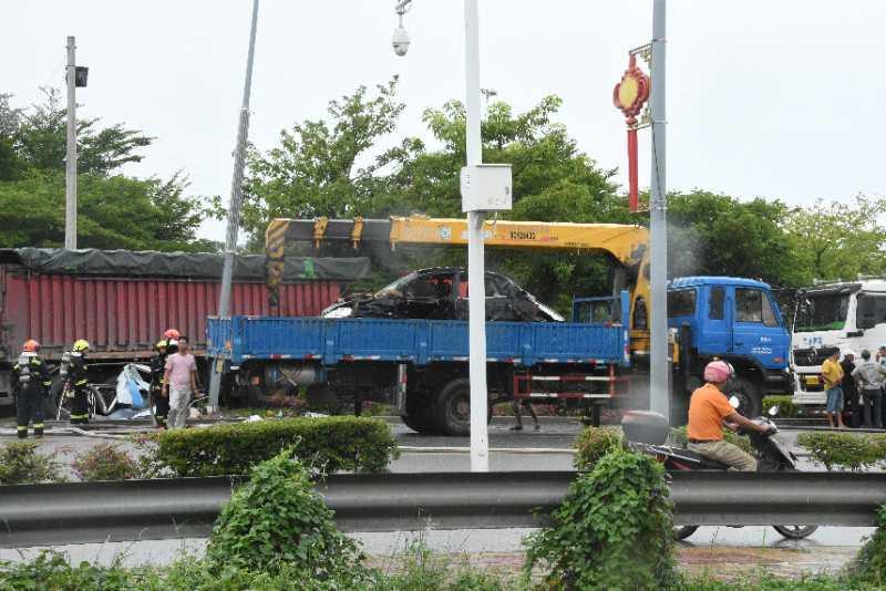 卡车与小汽车相撞 摩托车大货车相撞责任
