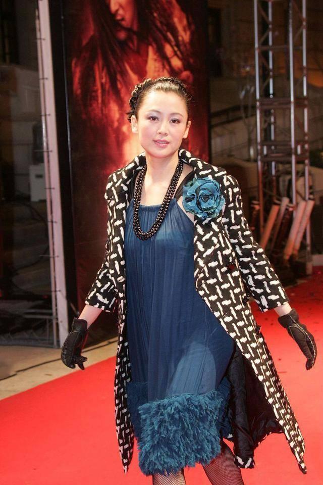 看不懂陈红的时尚,一身土味造型似网购,配渔网袜更显俗气