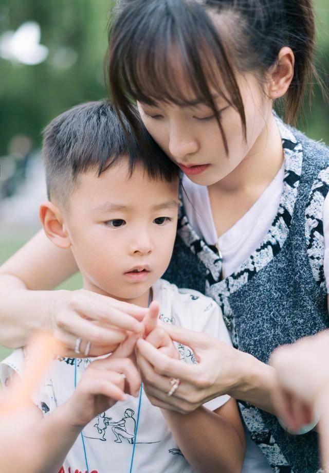 张嘉倪为大儿子庆生,一家4口幸运满满,买超看妻子的眼神绝了!(图8)