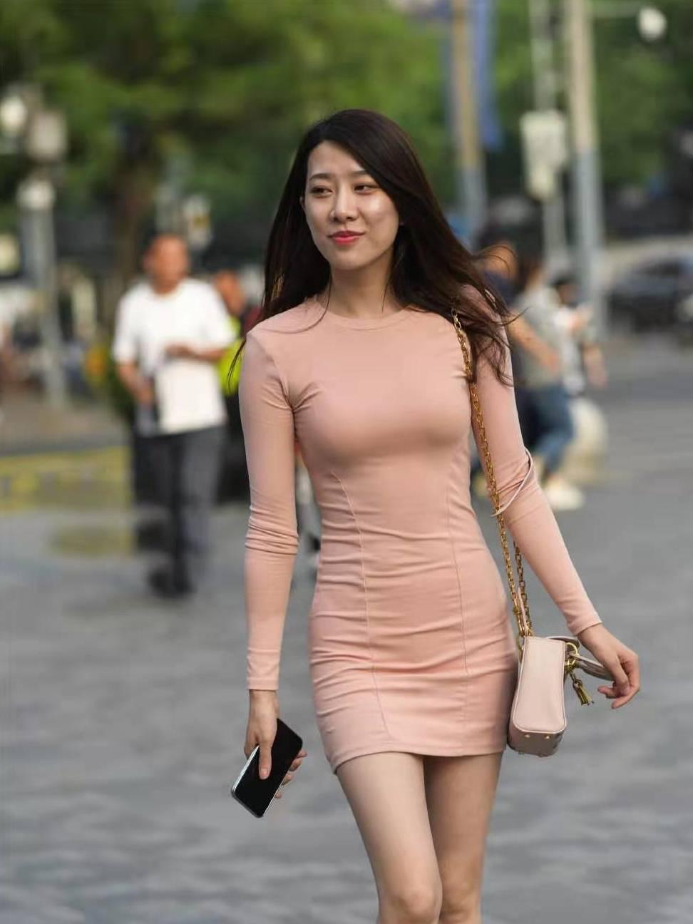 街拍:小姐姐身穿一条紧身连衣裙,凸显美丽大方气质,增添女人味