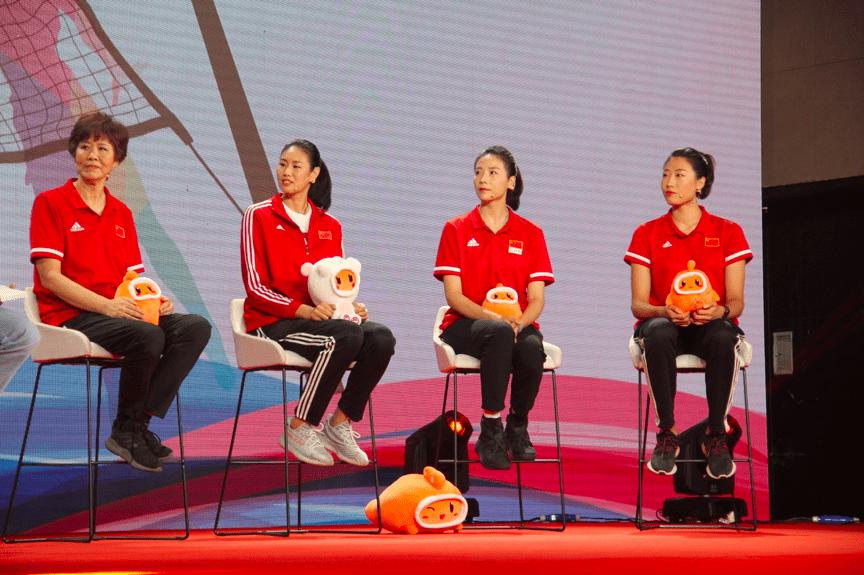 中国女排在快手直播首秀,郎平呜咽回忆夺冠细节