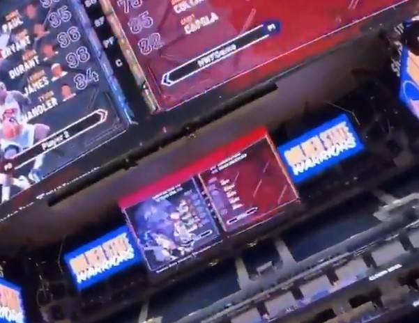 太秀了!达米恩-李和队友在勇士主场大屏幕上打2K