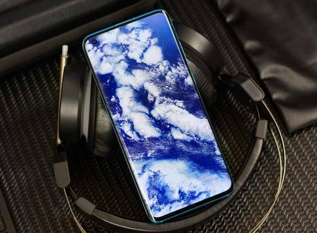 原创             立体双扬声器+4780mAh,从3999元跌至3488元,顶尖5G旗舰加速让开