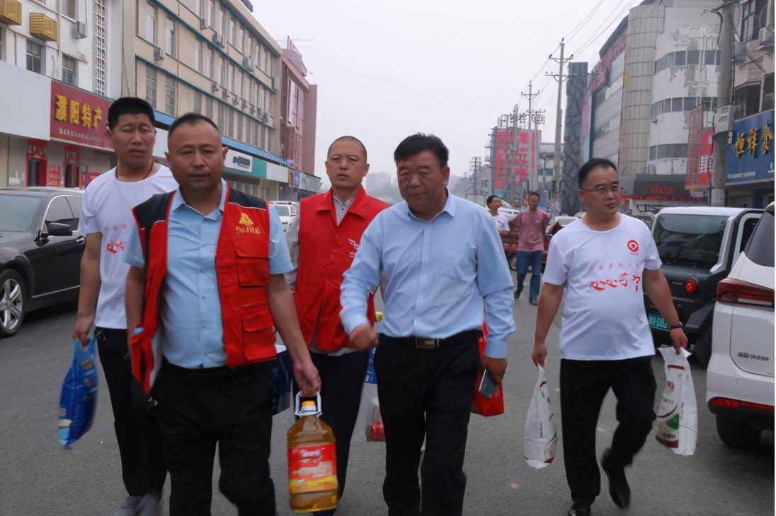 河南濮阳:爱心志愿者中秋节前走访濮阳县贫困家庭