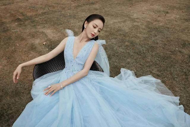 佟丽娅气质真是好,身穿淡蓝色网纱连衣裙,风情万种犹如仙女下凡