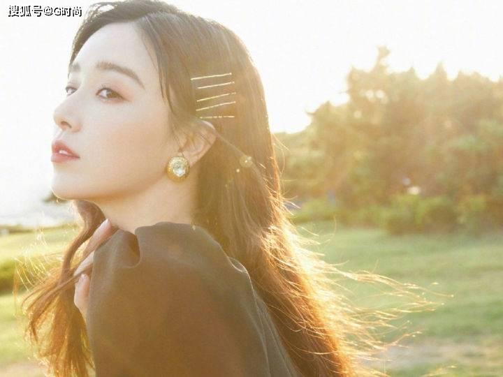 阚清子身着黑色方领连衣裙优雅高级,迷人的天鹅颈美艳动人