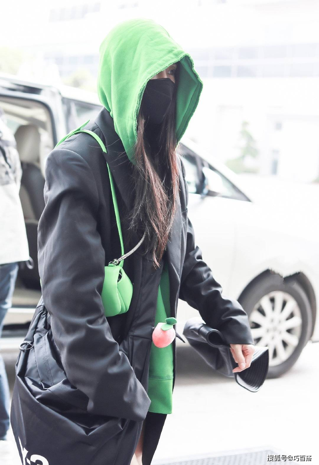 原创             杨幂衣品真是出了名的优越,轻松hold住绿色连帽卫衣,效果绝美