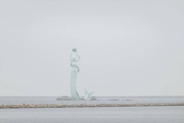 60米高的鲅鱼公主雕塑在建在海面,抗风抗浪,坐船才可以近距离看