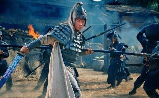 同样是五虎将,面对乱箭,马超摔下马,赵云为何毫发无伤?