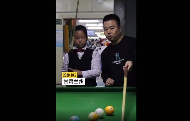 11岁女孩酷爱台球,父亲不仅亲自教导还为了女儿开了一间台球厅
