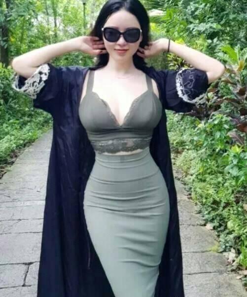 搞笑GIF:姐姐今天徒步旅行 穿这么紧的裙
