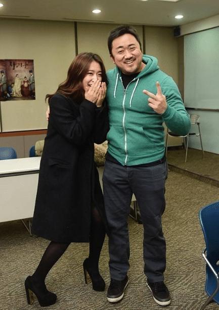 """曾火遍全网的体育老师,被""""韩国最后一个男人""""虏获:现实版美女与野兽"""