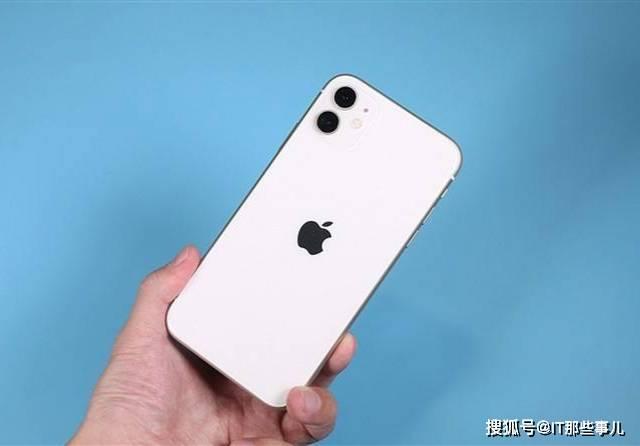 原创             苹果不再赠送充电器和耳机 一切向